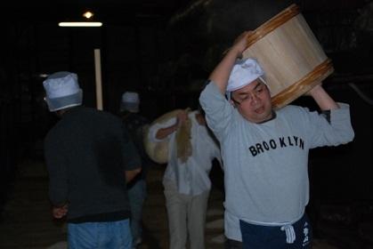 蒸米をタンクへ運び作業